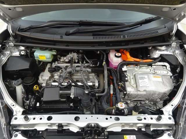 ハイブリッドシステム!モーターとエンジンの長所を最大限活かし低燃費でありながら優れた走りを両立させています!エンジンルームまでピカピカに仕上げているのがトヨタカローラ秋田の中古車です!