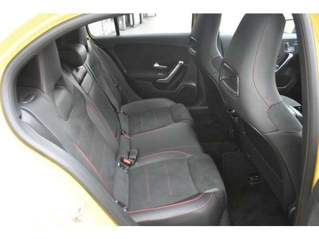 全モデルに比べて後部座席の足元が広くなっております。