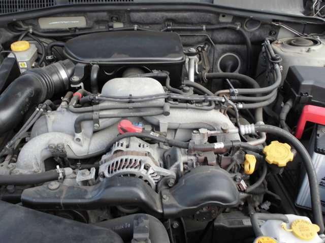汚れの少ないエンジンルーム。2500ccエンジンによる余裕の走りができます。