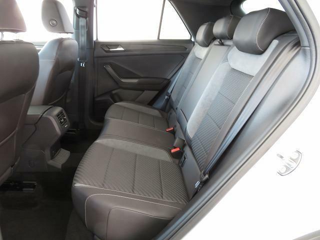着座位置も高く、後席乗員の視界もしっかり確保!膝回りも窮屈さを感じさせない広々とした後部座席です。