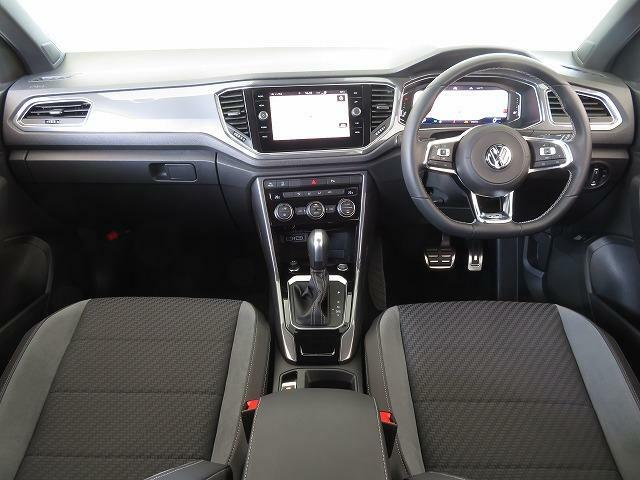 ナビ画面を運転席側に傾斜をつけることで、少ない視線移動で情報確認が可能。ドライブを快適にする計算しつくされたコックピットです。