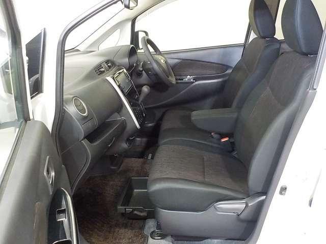 靴や小物を収納できる便利な助手席シートアンダーBOX