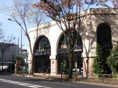 甲州街道「烏山」交差点付近、赤レンガ造りの建物が目印です。