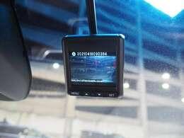 万が一の事故はもちろん快適で安全なドライブの必需品 2.4インチ液晶モニター搭載ドライブレコーダーが付いています