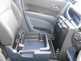 助手席のシートクッションを起こす事で取り外し可能な収納BOXがあらわれます。