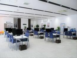 内装リニューアルにより、全25席の商談テーブルを準備!落ち着いた空間でお話しをさせていただくことができます♪