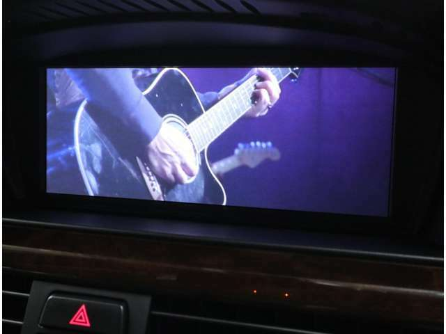DVDビデオ再生も可能。AUX端子も装備しており、iPhone等のメディア再生にも対応しています。