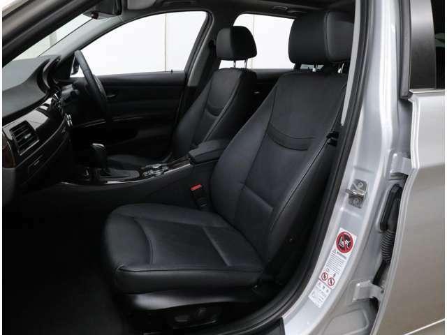 フルレザー仕様シートは運転席メモリー付パワーシート、前席ヒーターを内蔵。座面側のサイドサポートはあまり出っ張っておらず、ヒップポジションが低い割に乗り降りは容易です。