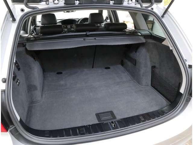 460リッターの大容量を誇るトランクルーム。ワンタッチで後席バックレストを倒すことが可能です。