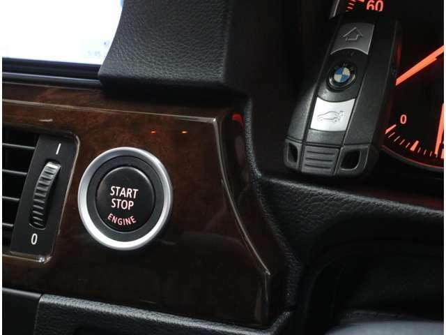 キーを所持していれば、ドアハンドルへのタッチ操作だけでドアを開錠&施錠、スタートボタンの操作だけでエンジン始動が可能な、BMWのスマートキー「コンフォートアクセス」が標準装備されています。