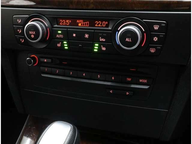 前席には3段階調整式のシートヒーターを内蔵。左右独立温度調整可能なフルオート式エアコンは、花粉・粉じんフィルターも装備しています。