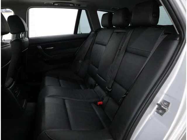フロントと同じブラック・ダコタレザーのリアシート。収納式のアームレストにはドリンクホルダーも内蔵。ロングリアリッドを特徴としており、ゆったり座れる空間です。