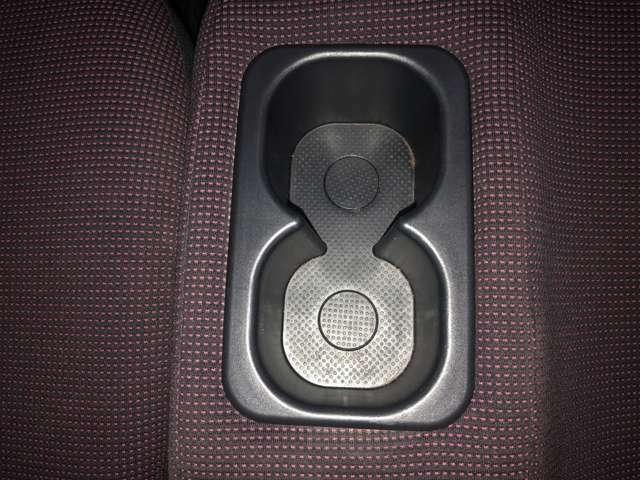 運転席と助手席の間にドリンクホルダーがございます!