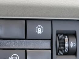 ●【インテリジェントLI&LDW】車線逸脱防止支援システム。意図せず走行車線を逸脱しそうな場合、警告とブザーが鳴り車線内に戻すようアシストしてくれます。