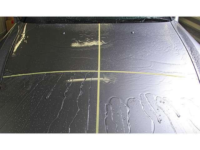 説明せずとも、一目瞭然。撥水の効果がこのように違います。また、ブラックや濃紺など深みのあるボディ色で気になるウォータースポットも、多く撥水することで、残る水滴も少なくなることから、抑制に貢献します。