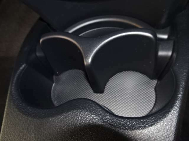 お飲み物をしゅっと入れて快適な車内をつくる大切な装備のひとつ♪ドリンクホルダーです(^^)/