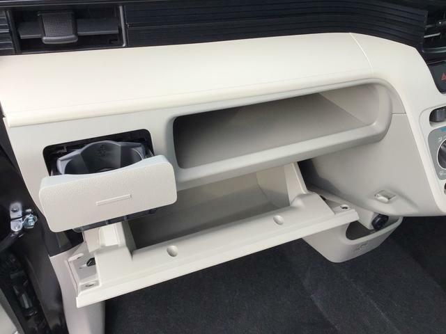 グローブボックスとその上部に小物を置くスペースがあります!メモ帳や領収書、スマホなど置くのに便利です♪