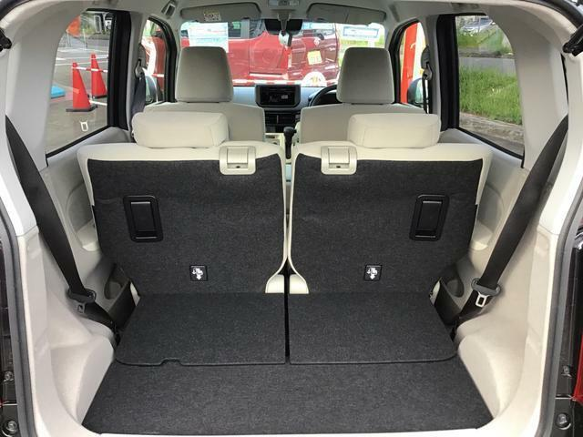 リヤシートの左右分割式前後スライド機能を使うだけで荷室スペースが拡大!乗員優先?荷物優先までシーンに合わせてアレンジ自在なリヤシートです♪