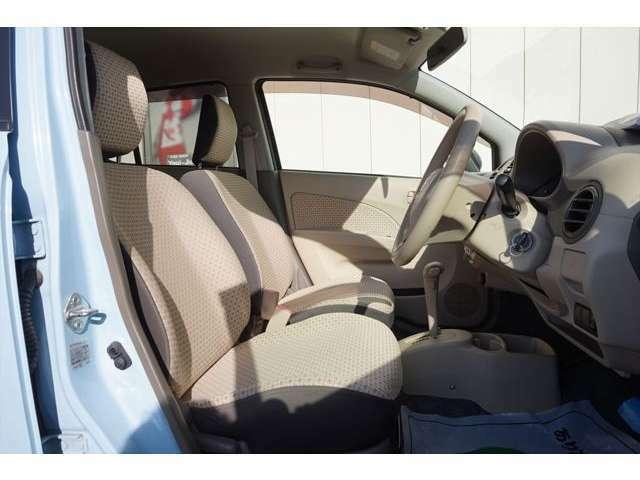 運転席のドアハンドル、スイッチ周辺です。手が触れて汚れやすい箇所ですがきれいになっています。