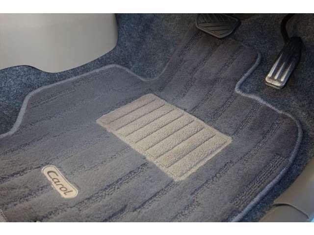 ペダルはブラシで汚れをかき出します。フロアマットは高圧洗浄でクリーニングをしますのできれいになっています。