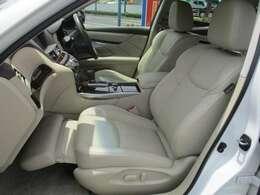 フロントシートは電動シートになってます。助手席はオットマンになってるので、大切な方とのロングドライブもくつろいでもらえますね。