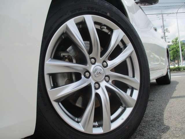 純正18インチアルミはガリ傷などもなくキレイですよ。タイヤの溝は概ね7分山程度残ってます。当面は交換の必要もありません。