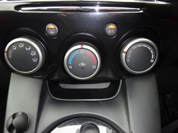 あらかじめ温度を設定すれば、常に快適な室温をキープできるオートエアコンを装着しております。運転しながらの操作がし易い大きなダイヤルとスイッチで構成されております。