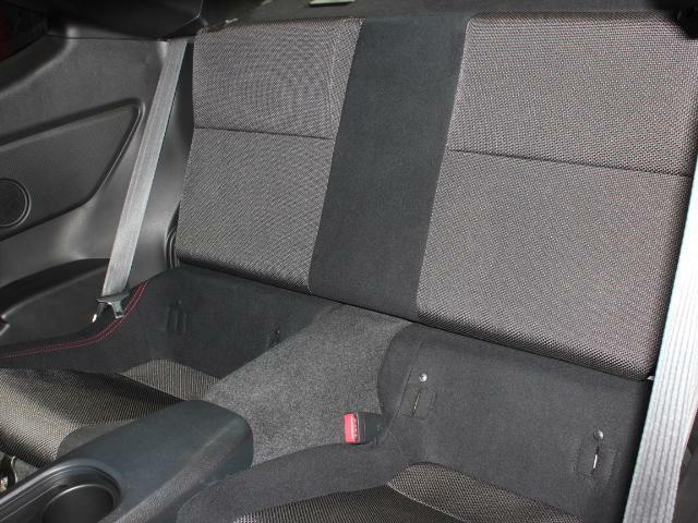 リヤシートも使用感なくとてもきれいです!スポーツカーでも4人乗れるのはうれしいですよね!