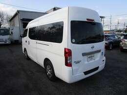 NV350チェアキャブの左リヤビュー UV&プライバシーガラスで、車内の紫外線&プライバシーをシャットアウト