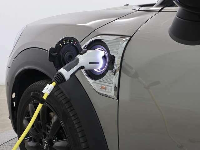 プラグインハイブリッドモデルは、先進的な駆動技術と効率に優れた高性能リチウムイオンバッテリーを搭載。内燃エンジンと電気モーターの長所を最大限に引き出し、傑出した効率性と強大なトルクを発揮します。