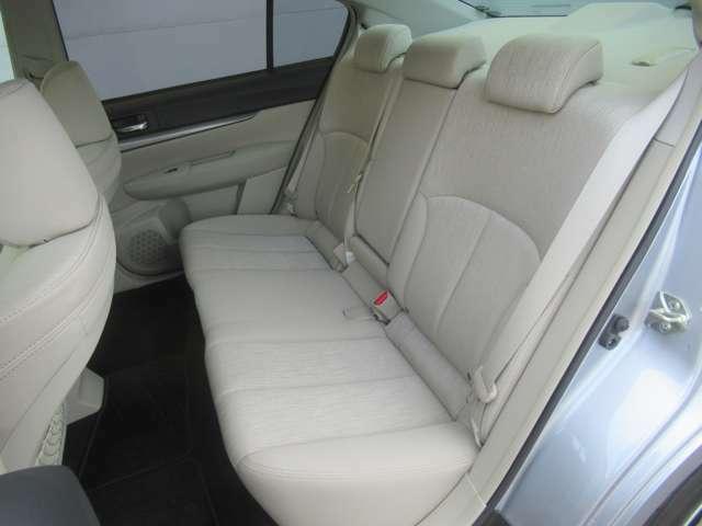 広々しているセカンドシートですよ!ゆったりくつろげる快適な室内です!長距離運転でも疲れませんよ!