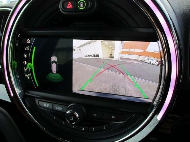 シフトをリバースに入れると自動でナビモニターがリアビューカメラと前後部障害物センサーに切り替わります。映像とセンサー音で距離を確認でき、狭い駐車場でもスムーズに駐車可能です。