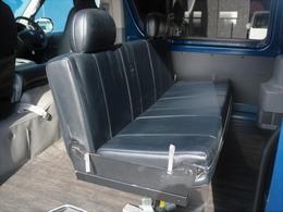 セカンドシートに3人掛けベンチシートは向きを変えて、後席の横座りの席と対面できます♪