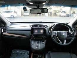 ダッシュパネル回りの写真になります。スッキリしたデザインで前方のの見通しも良く快適に運転出来ます。