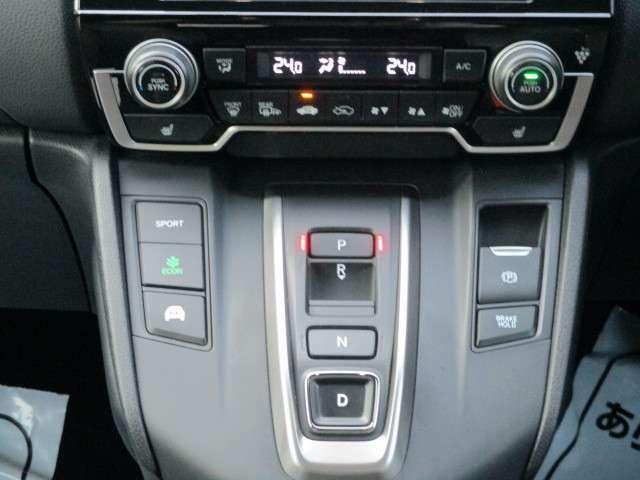 シフト回りの写真になります。シフトレバー無しボタンタイプになりますのでデザインがスッキリしております。左右シートヒーター機能も装備されております。