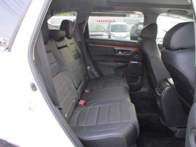後席シート回りの写真になります。足元もゆったりしておりますので長いドライブでも快適に乗る事が出来ます。