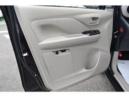 助手席ドアトリムには重要な書類をしまえる、車検証入れ。