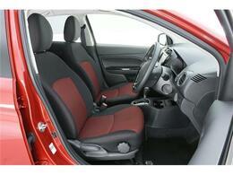 シートも特別仕様車らしく赤×黒の2トーン仕様。通気性のいいファブリックシートです◎