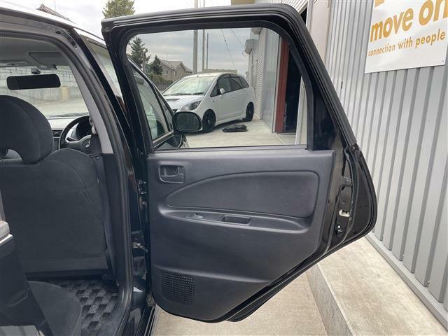 運転席側後部座席のドア内張画像です。