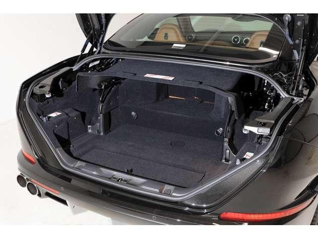 トランク容量はルーフを閉じている状態で340Lです。ルーフを開けた状態でも240Lの容量を確保しています。