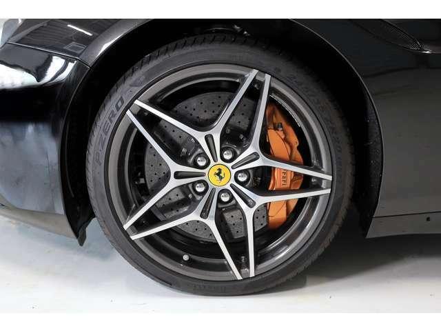 オプションの20インチ鍛造ダイヤモンドリムホイールが足元を飾ります。タイヤはピレリP-ZEROフロント:245/35 ZR20、リア:285/35 ZR20