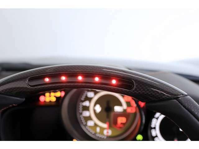 オプションのLEDカーボンステアリングがフェラーリスポーツマインドを擽ります。