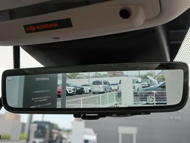 ランドローバー初の【クリアサイトインテリアリアビューミラー】は車体に装備したカメラによって、後方の映像がミラーに映し出されます。ミラーユニット下部のスイッチで簡単にモード切替も可能です。