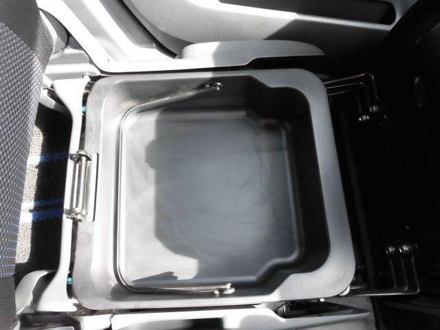 助手席下収納BOX付。収納BOXは持ち運び出来ます。