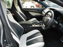 ブラック&ホワイトレザーシート(運転席/助手席)エアシート&シートヒーター付