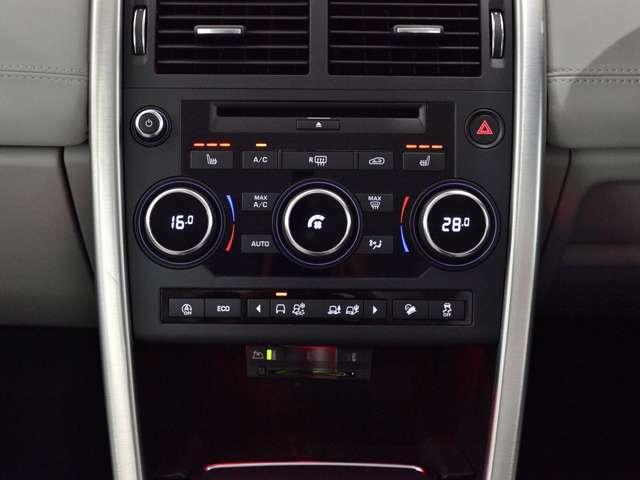 エアコンは左右独立のデュアルオートを採用。運転席・助手席の温度を独立して調整できますので、便利にお使いいただけます。