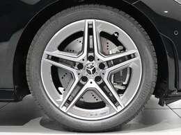 【AMGアルミホイール】18インチAMG5ツインスポークアルミホイールを装着!AMGらしさが全開のアルミホイール。Mercedes-Benzのロゴ入りブレーキキャリパーで特別感をプラス。