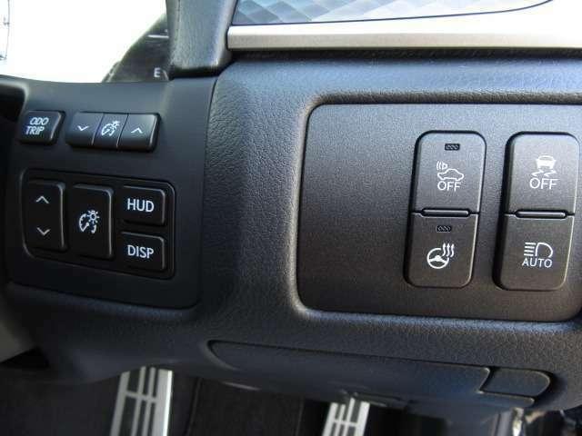 Bプラン画像:カラーヘッドアップディスプレイは運転に必要な情報をフロントガラスに投影。車速、レーン、簡易ナビなどの重要なパートをカラーで分かり易く表示します。また認識した交通標識を表示し標識の見落としを減らします。