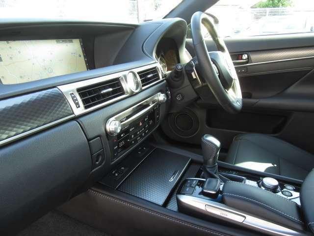 先進テクノロジーに基づいてインストルメントルパネルなどの機能やデザインに革新をもたらしたドライバーズ空間はレクサスの先進の美意識を注ぎ、本格セダンとしての品格を表現した。