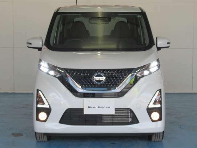 白色光で遠方まで明るく照らしだし、ナイトドライブでの安全運転をサポート
